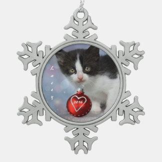 Personalisiertes Schwarzweiss-Weihnachtskätzchen Schneeflocken Zinn-Ornament