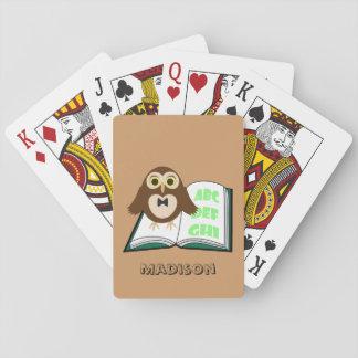 Personifizieren Sie coole niedliche Eule mit Spielkarten