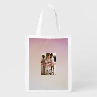 petite ballerine rose réutilisant le sac cabas épicerie
