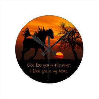 Pferd, das frei am Sonnenuntergang läuft Runde Wanduhr