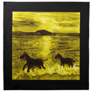 Pferde auf einer goldenen Küste Stoffserviette