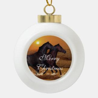 Pferde, die am Ozeansonnenuntergang laufen Keramik Kugel-Ornament