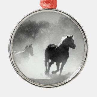 Pferde, die durch das wilde laufen silbernes ornament