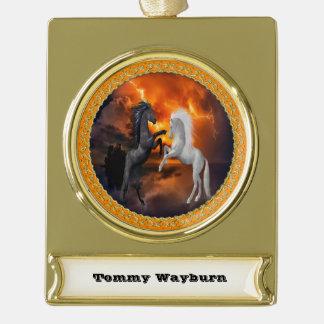 Pferde, die in einem schlechten Blitzsturm kämpfen Banner-Ornament Gold