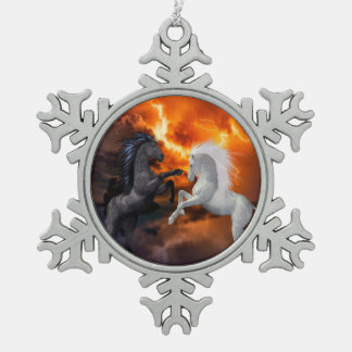 Pferde, die in einem schlechten Blitzsturm kämpfen Schneeflocken Zinn-Ornament