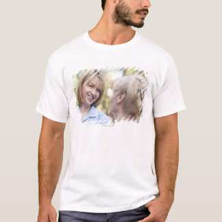 Pflegen Sie das Lächeln und die Unterhaltung mit T-Shirt