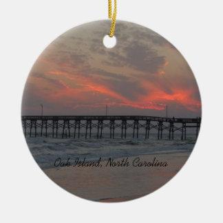 Pier und Sonnenuntergang - Eichen-Insel, NC Keramik Ornament