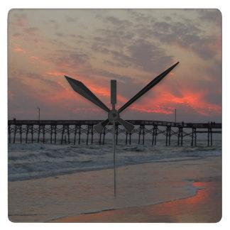 Pier und Sonnenuntergang - Eichen-Insel, NC Quadratische Wanduhr