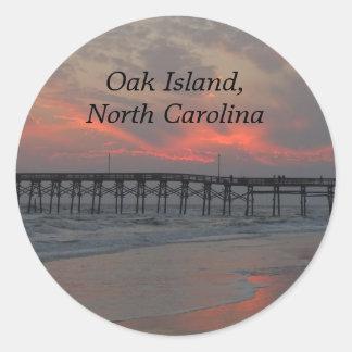 Pier und Sonnenuntergang - Eichen-Insel, NC Runder Aufkleber