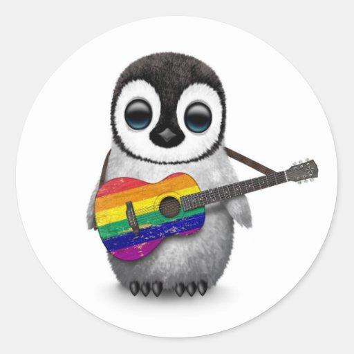 Pingouin de bébé jouant la guitare de drapeau autocollant rond