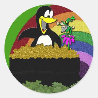 Pinguin, Kobold, Gold und Regenbogen Runder Aufkleber