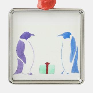 Pinguine, die Geschenke geben Quadratisches Silberfarbenes Ornament