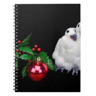 Pinguinfigürchen mit rotem Weihnachtsball Notizblock