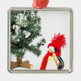 Pinguinfigürchen mit Skis und Weihnachtsbaum Silbernes Ornament