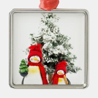Pinguinfigürchen mit Weihnachtsbaum im Winter Silbernes Ornament