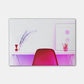 Pink-Lehrer-Stuhl vom Schreibtisch von Post-it Klebezettel