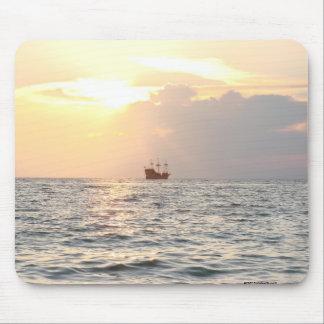 Piraten-Schiff am Sonnenuntergang Mousepads