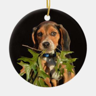 Playful Beagle-Welpe mit Blätter Keramik Ornament