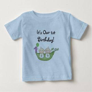 Pois de jumeaux dans un premier anniversaire de t-shirt pour bébé