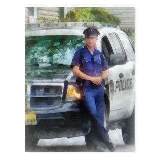 Polizist durch Streifenwagen Postkarte