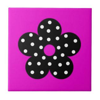 Polka-Punkt-Schwarz-Blume mit heißes Rosa-Hintergr Keramikkachel