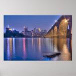 Pont en pierre de voûte de Minneapolis au crépuscu Affiche