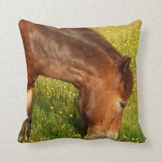 Pony in der Butterblumewiese Kissen