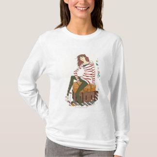 Porträt der jungen Frau sitzend auf Koffer T-Shirt