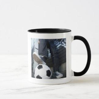 Porträt des niedrigen Winkels des blonden Jungen Tasse