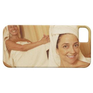 Porträt einer reifen Frau, die mit anderen lächelt Schutzhülle Fürs iPhone 5