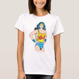 Pose vintage de la femme de merveille   avec le t-shirt