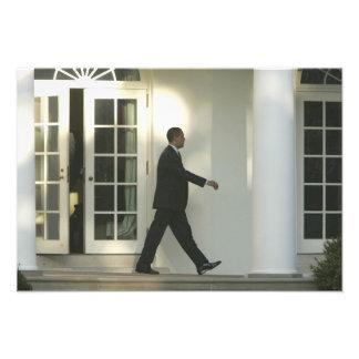 Präsident Barack im tiefen Gedanken, wie er geht Foto Drucke