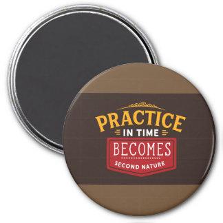 Praxis in der Zeit wird zweite Natur Runder Magnet 7,6 Cm