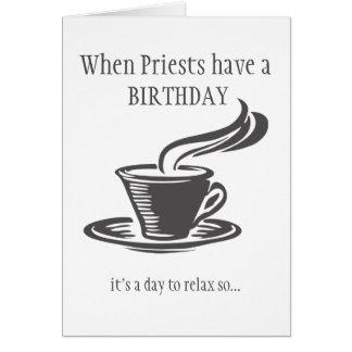 Priester entspannen sich Geburtstag senden Kaffee Grußkarte
