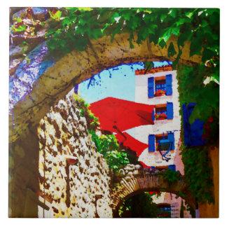 Provence-Dorfansicht mit roten Regenschirmen Keramikfliese
