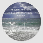 Psalm-107:29 beruhigt er den Sturm und beruhigt… Runder Aufkleber