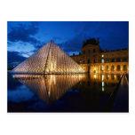 Pyramide dans le musée de Louvre, Paris, France Cartes Postales