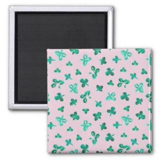 Quadratischer Magnet mit Klee-Blätter auf Rosa
