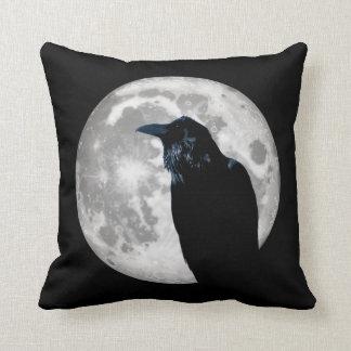 Rabe im Mond Kissen
