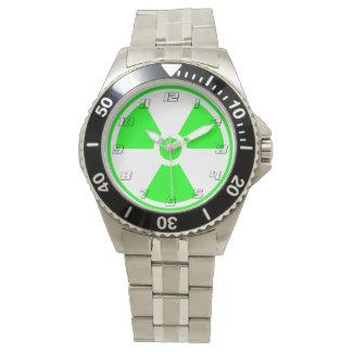 Radioaktives Strahlungs-Symbolgrün und -SCHWARZES Uhr