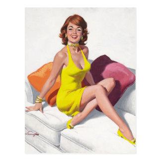 Redhead im gelben Kleid, Füße auf Couch-Button Postkarte