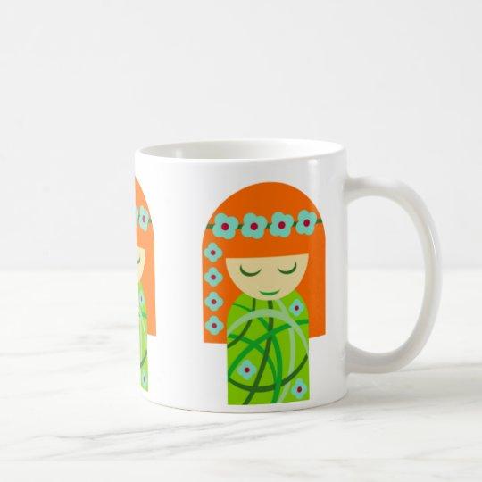 Redhead-Natur-Mädchen, das eine Blumen-Krone trägt Tasse