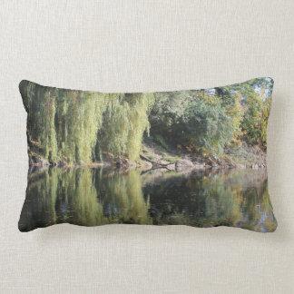Reflektierte Weide-Bäume im Fluss Lendenkissen
