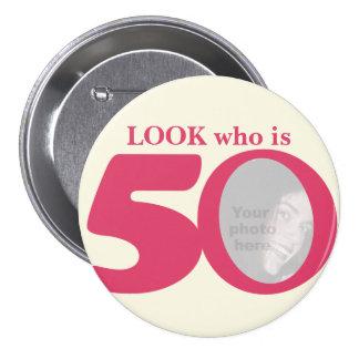 Regardez qui est bouton/insigne de crème de rose badge rond 7,6 cm