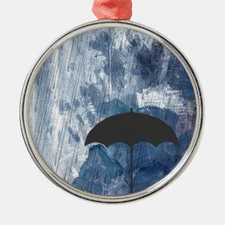 Regenschirm in der blauen Dusche Silbernes Ornament