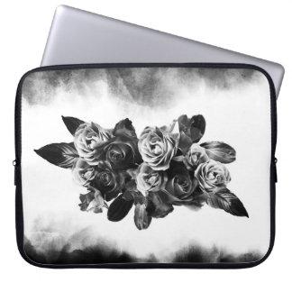 Reicher Blumenstrauß der Rosen in Schwarzweiss Laptopschutzhülle