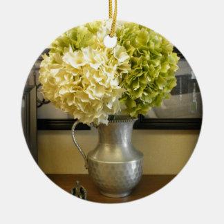 Reizende elegante Hydrangeas im Vase Rundes Keramik Ornament