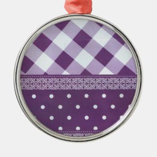 Reizender lila checkered Damast-nahtloses Muster Silbernes Ornament
