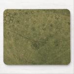 Rétro abrégé sur fleurs et papillons de vert olive tapis de souris
