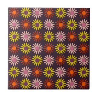 Retro Blumen-Muster im kastanienbraunen Hintergrun Fliese